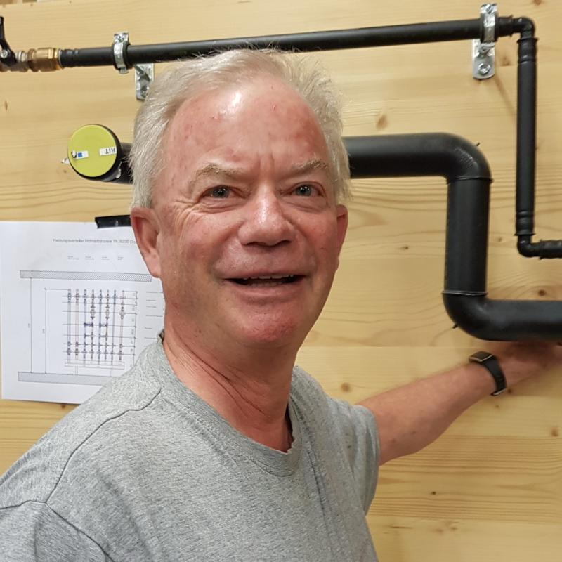 Peter Enis benutzt die Toiletten Fotze